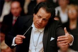علی رهبری ارکسترهای ترکیه و اسلواکی را رهبری میکند